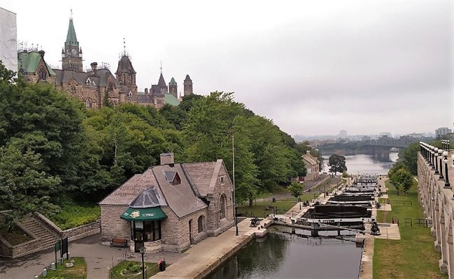 image of the Rideau Canal and Parliament buidlings in Ottawa